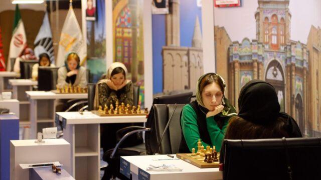 Mistrzostwa zakryte hidżabem. Polka gra, inne zawodniczki bojkotują