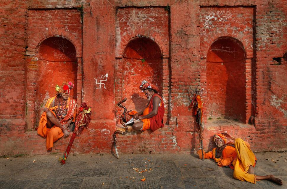 Hinduscy wędrujący asceci (sadhu) odpoczywają po przybyciu do świątyni Pashupatinath  w Katmandu
