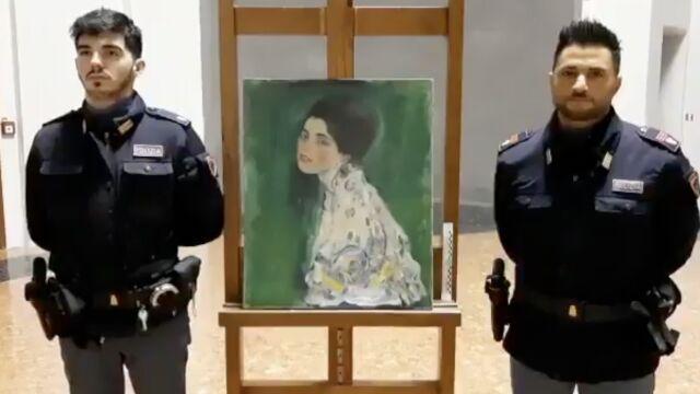 """Obraz we włazie za starym bluszczem. """"Uderzające podobieństwo"""" do skradzionego Klimta"""