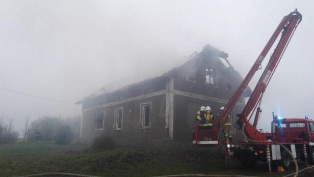 Z płonącego domu ratował ich listonosz. Sąsiedzi robią zrzutkę dla pogorzelców
