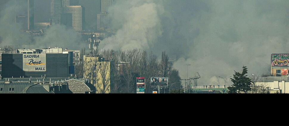 """""""Unosi się potężna chmura gęstego dymu"""". Poważna awaria w Warszawie"""