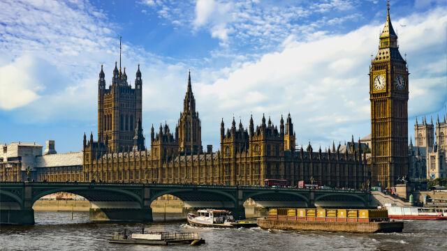 Różne sondaże, okręgi wierne od pokoleń i nowy typ wyborcy. Brytyjczycy wybierają parlament