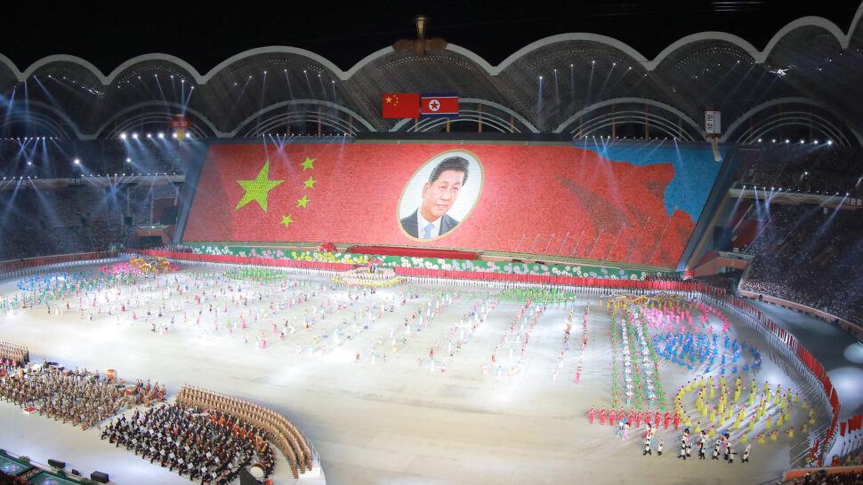 """Portret z kartonów i """"Niezwyciężony socjalizm"""". Kim powitał prezydenta Chin"""