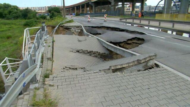 Gdynia: woda podmyła chodnik i zniszczyła fragment jezdni