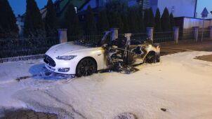 Tesla w ogniu. Został tylko wrak