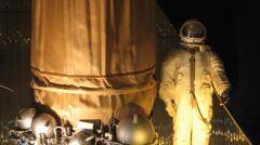 Przez taką samą śluzę powietrzną i w takim skafandrze wychodził w kosmos Leonow