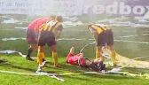 Sędzia uderzony serpentyną na meczu GKS Katowice - GKS Jatrzębie