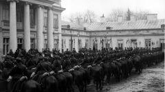 Delegacja strzelców konnych na dziedzińcu Belwederu podczas składania życzeń imieninowych Józefowi Piłsudskiemu