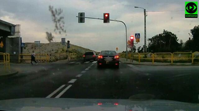 Czerwone światło, piesi na drodze, a on jedzie
