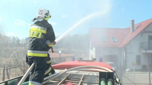 Lokalny zwyczaj w Raculi. Strażacy polewają wodą domy