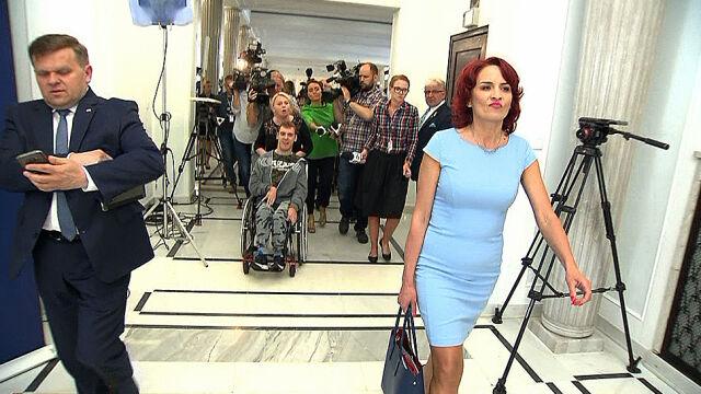 """Posłanka PiS ucieka przed protestującymi. """"Zdjęcie symbol"""""""