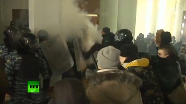 Brutalna wymiana ciosów w Winnicy. Protestujący przyparli Berkut do muru
