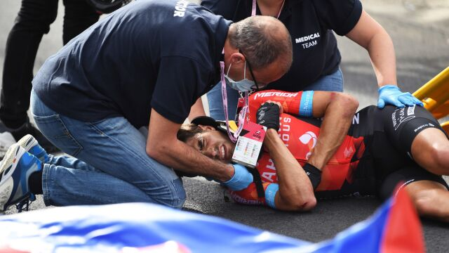 """Brał udział w kraksie podczas Giro. """"Czeka go operacja"""""""