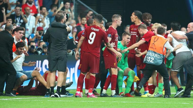 """Bohater Liverpoolu kontuzjowany. """"Faulował"""" kibic"""
