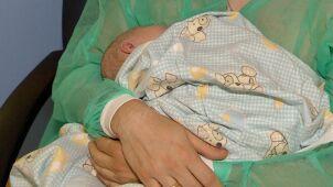 Seniorzy będą tulić noworodki. Na ogłoszenie o naborze zareagowało 130 tysięcy osób
