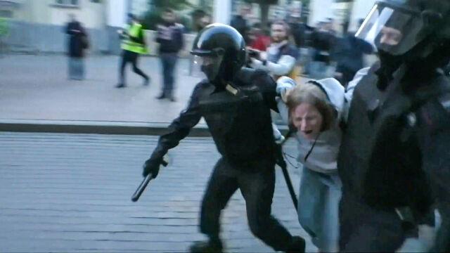 Młoda kobieta, pobita przez policjanta w centrum Moskwy, dostała zarzut