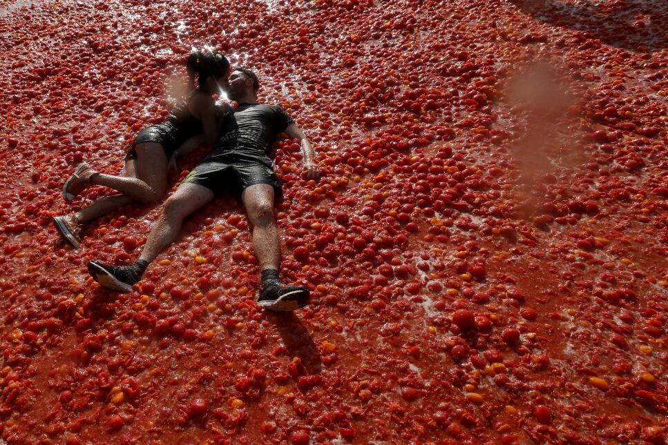 """Para całująca się podczas """"tomatiny"""" - bitwy na pomidory w Petersburgu, Rosja"""