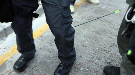 Policjant raniony strzałą. Demonstranci z łukami  i koktajlami Mołotowa