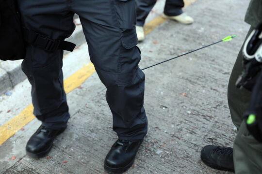 Strzała trafiła w łydkę policjanta