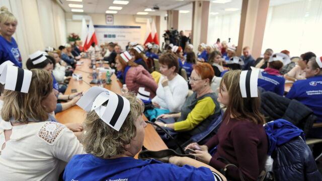 Sejm, siedziba resortu, na koniec centrum dialogu.  Pielęgniarki rozmawiają z ministrem zdrowia