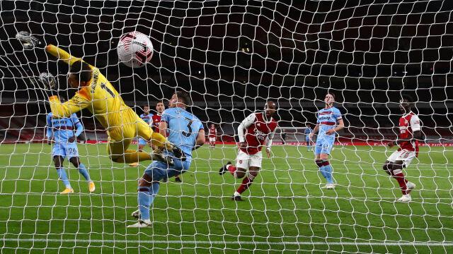 Trzy strzały Arsenalu, dwa gole. Nieudane derby Fabiańskiego