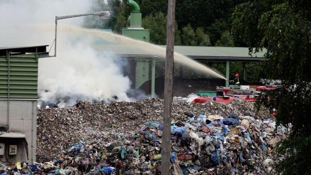 Pożar w sortowni pod Karpaczem.  60 strażaków walczyło z ogniem