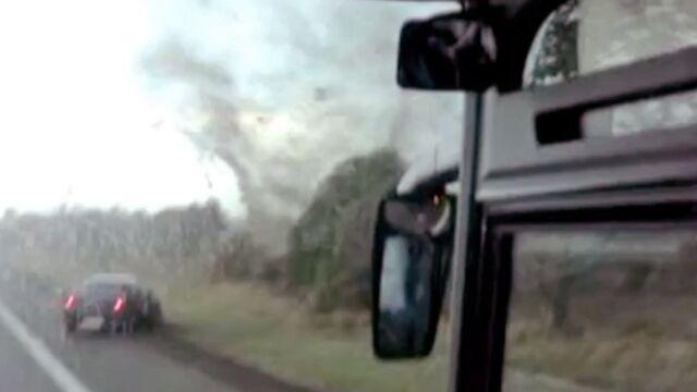 Autokar porwany przez trąbę powietrzną