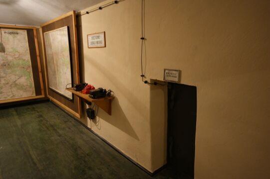 W schronie zachowane jest wyposażenie z lat 60.