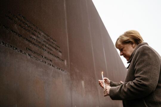 Kanclerz Angela Merkel zapala świeczkę