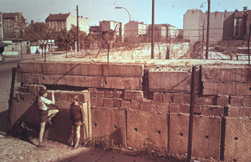 Młodzież przy Murze Berlińskim