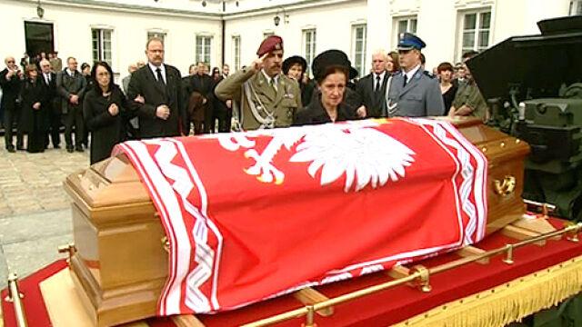 Trumna z ciałem Ryszarda Kaczorowskiego wyniesiona z Belwederu