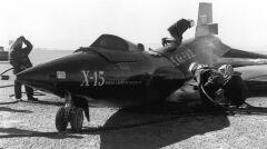 """X-15 po swoim pierwszym wypadku z Crossfieldem za sterami. Lądowanie było tak twarde, że przód maszyny uderzył o ziemię z zbyt dużą siłą, w wyniku czego pękł jej """"kręgosłup"""". Uszkodzenia szybko naprawiono"""
