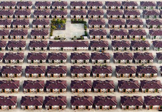 Zdjęcie pojedyncze - zwycięzca w kategorii ŚRODOWISKO, Kacper Kowalski Panos Pictures. Chiny, miejscowość Jiangyin, prowincja Jiangsu. Rzędy identycznych domów na osiedlu zbudowanym na przedmieściach Szanghaju
