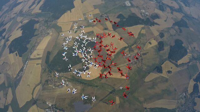 Wielka biało-czerwona flaga na niebie. Polscy spadochroniarze pobili rekord