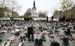 Tysiące butów na Placu Republiki. Jedna para należy do papieża