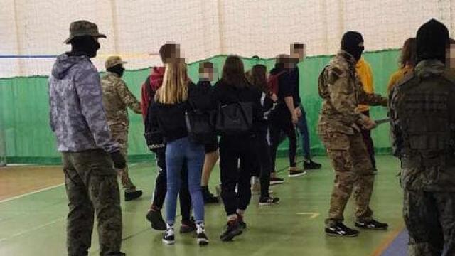 Udawali terrorystów, uczniowie wpadli w panikę. Burmistrz zawiadamia prokuraturę