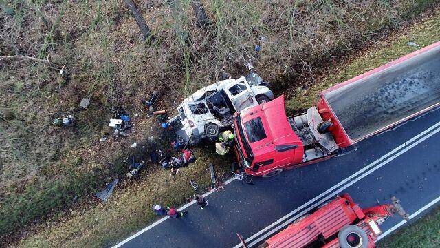 Trzy osoby nie żyją, dwie są ranne. Osobowy bus zderzył się z ciężarówką