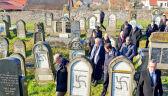Antysemickie napisy na żydowskich grobach niedaleko Strasburga