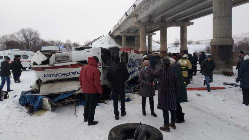 """""""Kierowca gnał, padał śnieg"""". Autobus spadł z mostu do rzeki, 19 osób zginęło"""