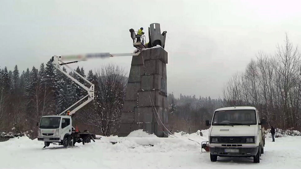Burzą pomnik komunistycznego generała