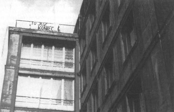 Transparent zawieszono w miejscu, gdzie w czerwcu 1956 wisiało hasło 'Wolności i chleba'