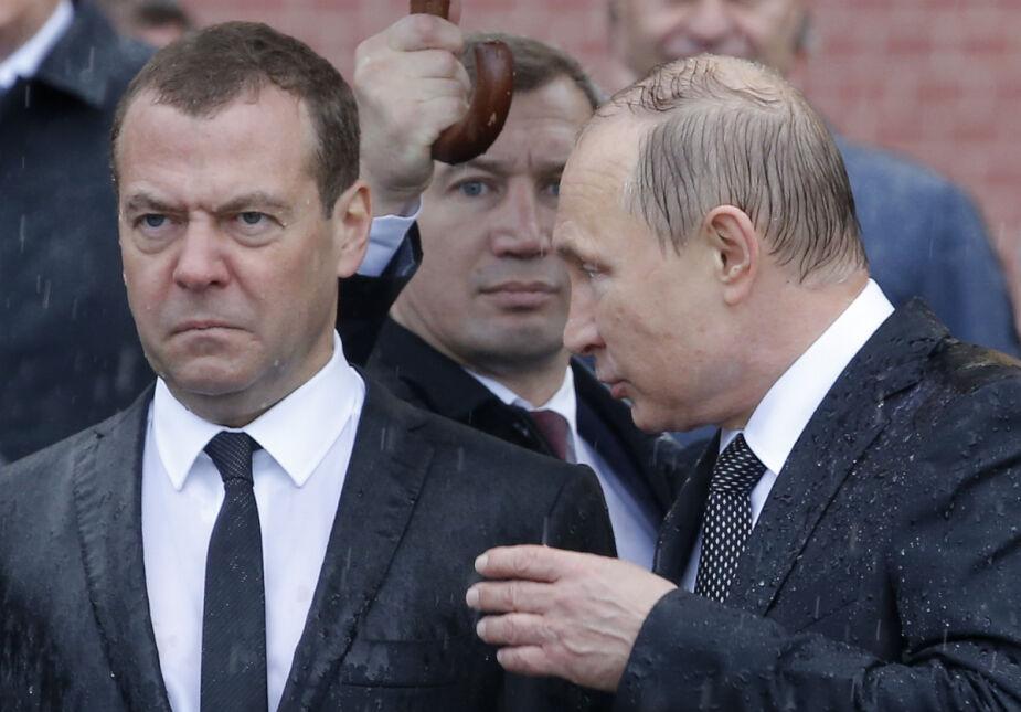 Prezydent Rosji Władimir Putin rozmawia z premierem Dmitrijem Miedwiediewem podczas uroczystości przy grobie Nieznanego Żołnierza w Moskwie.