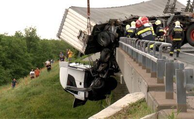 Ciężarówka zepchnięta przez wiatr zawisła na wiadukcie