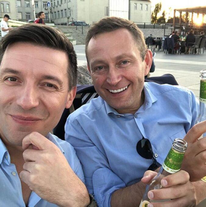 Paweł Rabiej z partnerem na Bulwarach Nad Wisłą, kwiecień 2018 r.