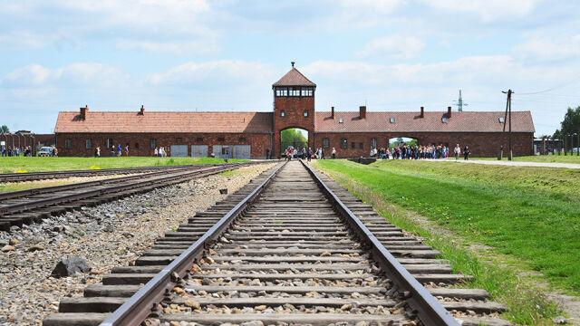 """Kary za zwrot """"polskie obozy"""". Rząd przyjął projekt ustawy"""