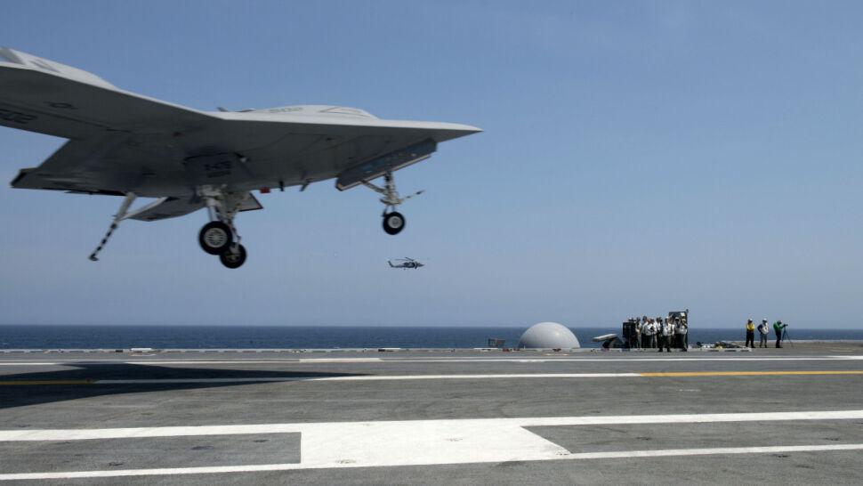 X-47B wylądował na lotniskowcu. Początek morskiej ery dronów