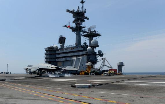 Pierwsze lądowanie bezzałogowego X-47B na lotniskowcu USS George H.W. Bush