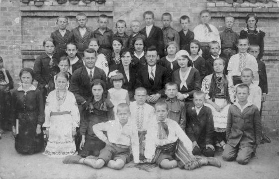 1931, Basów Kąt, powiat Równe, Wołyń. Personel i uczniowie szkoły powszechnej