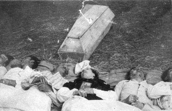 Chołopecze, powiat Horochów, Wołyń. Czesi pomordowani przez Ukraińców we wsi Chołopecze. (Fot. NN, KARTA)