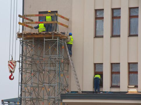 Montaż Orłów na fasadzie Dworca Morskiego w Gdyni